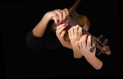 Τέσσερα χέρια της γυναίκας που παίζουν το βιολί Στοκ φωτογραφία με δικαίωμα ελεύθερης χρήσης