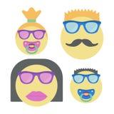 Τέσσερα χαμόγελα για την οικογένεια Γυναίκα Smiley στα γυαλιά ηλίου με το κραγιόν, τον άνδρα με το moustache και τα παιδιά με τη  ελεύθερη απεικόνιση δικαιώματος