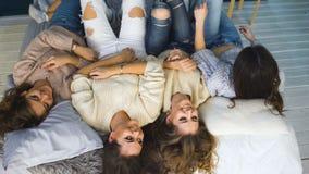 Τέσσερα όμορφα κορίτσια ρίχνουν τα μαξιλάρια μεταξύ τους Φίλες που έχουν τη διασκέδαση και το γέλιο στην κρεβατοκάμαρα φιλμ μικρού μήκους