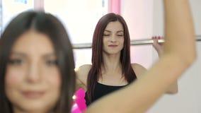 Τέσσερα όμορφα κορίτσια, συμμετέχουν στον αθλητισμό, ικανότητα που ανυψώνει το φραγμό στη γυμναστική Αθλητική ζωή και ένας υγιής  απόθεμα βίντεο