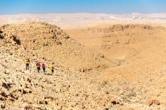 Τέσσερα backpackers που το ίχνος, έρημος Negev, Ισραήλ Στοκ Φωτογραφία