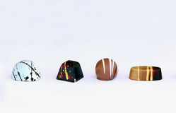Τέσσερα bonbons σοκολάτας στο άσπρο υπόβαθρο Στοκ Εικόνες