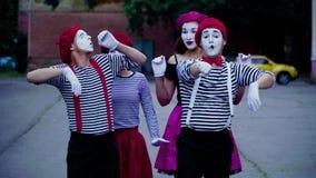 Τέσσερα mimes μιμούνται το αυτοκίνητο κίνησης απόθεμα βίντεο