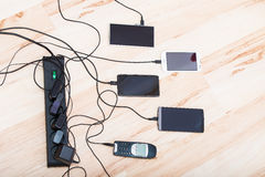 Τέσσερα smartphones και ένα κλασικό τηλέφωνο Στοκ φωτογραφίες με δικαίωμα ελεύθερης χρήσης