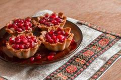 Τέσσερα tartletes με την κρέμα και το ρόδι Στοκ εικόνα με δικαίωμα ελεύθερης χρήσης
