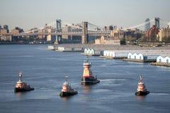 Τέσσερα tugboats στην πόλη της Νέας Υόρκης στοκ φωτογραφία