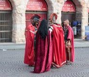 Τέσσερις άνθρωποι έντυσαν όπως οι λεγεωνάριοι στέκονται στο στηθόδεσμο πλατειών Στοκ φωτογραφίες με δικαίωμα ελεύθερης χρήσης