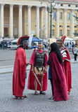 Τέσσερις άνθρωποι έντυσαν όπως οι λεγεωνάριοι στέκονται στο στηθόδεσμο πλατειών Στοκ φωτογραφία με δικαίωμα ελεύθερης χρήσης