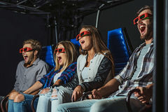 Τέσσερις άνθρωποι γελούν στον κινηματογράφο Στοκ Φωτογραφία