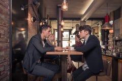 Τέσσερις άνθρωποι που μιλούν, μικρή ομάδα ανθρώπων που μιλά, καφετερία Στοκ φωτογραφίες με δικαίωμα ελεύθερης χρήσης