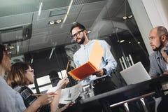 Τέσσερις άνθρωποι που συναντιούνται στο γραφείο σοφιτών Νέα πρόγραμμα ανάλυσης και DIS Στοκ Εικόνες