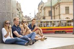 Τέσσερις άνθρωποι που τρώνε το παγωτό στην πόλη Στοκ εικόνα με δικαίωμα ελεύθερης χρήσης