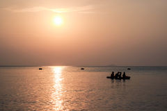 Τέσσερις άνθρωποι στο καγιάκ στη θάλασσα Στοκ φωτογραφίες με δικαίωμα ελεύθερης χρήσης