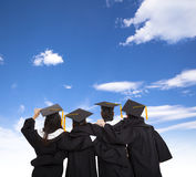 Απόφοιτοι φοιτητές που εξετάζουν τον ουρανό Στοκ Εικόνες