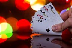 Τέσσερις από έναν καλό συνδυασμό καρτών πόκερ στο θολωμένο παιχνίδι καρτών τύχης τύχης χαρτοπαικτικών λεσχών υποβάθρου Στοκ Φωτογραφίες