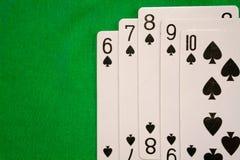 Τέσσερις από έναν καλό συνδυασμό καρτών πόκερ στην πράσινη τύχη τύχης παιχνιδιών χαρτοπαικτικών λεσχών υποβάθρου Στοκ Φωτογραφίες