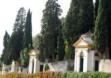 Τέσσερις από τις επτά εκκλησίες των εγκαταστάσεων καπάρων και των μεγάλων κυπαρισσιών σε Monselice μέσω των λόφων στο Βένετο (Ιτα Στοκ φωτογραφία με δικαίωμα ελεύθερης χρήσης