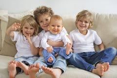 Τέσσερις αδελφοί στον καναπέ Στοκ Φωτογραφία