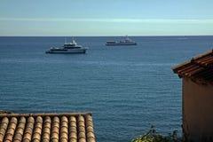 Τέσσερις βάρκες που κινούνται μέσω του μπλε νερού Στοκ φωτογραφία με δικαίωμα ελεύθερης χρήσης