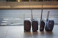 Τέσσερις βαλίτσες σε μια γραμμή στον αερολιμένα Στοκ Φωτογραφίες