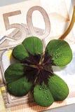 Τέσσερις-βγαλμένο φύλλα τριφύλλι 50 στο ευρο- τραπεζογραμμάτιο, κινηματογράφηση σε πρώτο πλάνο, ανυψωμένη άποψη Στοκ φωτογραφίες με δικαίωμα ελεύθερης χρήσης