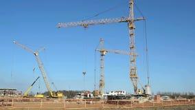 Τέσσερις γερανοί κατασκευής που λειτουργούν στην περιοχή απόθεμα βίντεο