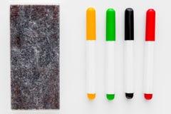 Τέσσερις δείκτες και αισθητός για το άσπρο whiteboard γραφείων Στοκ Εικόνες