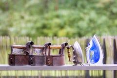 Τέσσερις εκλεκτής ποιότητας σκουριασμένοι σίδηροι και ένας νέοι Στοκ Εικόνα