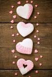 Τέσσερις εορταστικές διακοσμημένες καρδιές μπισκότων Στοκ Φωτογραφία