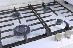Τέσσερις καίγοντας καυστήρες αερίου από μια σόμπα αερίου κουζινών Σόμπα αερίου με το δικτυωτό πλέγμα στοκ εικόνα με δικαίωμα ελεύθερης χρήσης