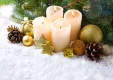 Τέσσερις καίγοντας κεριά εμφάνισης και διακόσμηση Χριστουγέννων Στοκ φωτογραφία με δικαίωμα ελεύθερης χρήσης