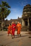 Τέσσερις μοναχοί σε Angkor Wat Στοκ Εικόνα