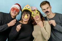 Τέσσερις νεαροί άνδρες στις εορταστικές μάσκες Στοκ Εικόνες