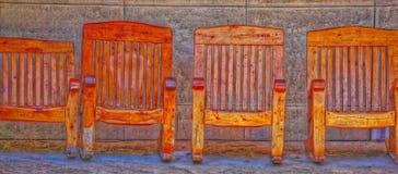 Τέσσερις ξύλινες καρέκλες που κάθονται δίπλα-δίπλα το αφηρημένο χρώμα στοκ εικόνες