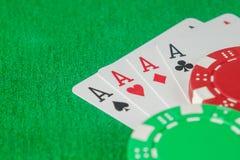 Τέσσερις σωρός άσσων και τσιπ πόκερ Στοκ φωτογραφία με δικαίωμα ελεύθερης χρήσης