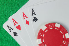 Τέσσερις σωρός άσσων και τσιπ πόκερ Στοκ εικόνα με δικαίωμα ελεύθερης χρήσης