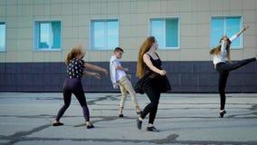 Τέσσερις σύγχρονοι χορευτές προετοιμάζουν το σύγχρονο χορό σε μια οδό μπροστά από να ενσωματώσουν την ημέρα απόθεμα βίντεο