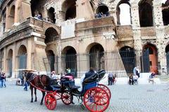 Τέσσερις-τροχοφόρος-μεταφορά μπροστά από ρωμαϊκό Colosseum Στοκ φωτογραφία με δικαίωμα ελεύθερης χρήσης