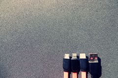 Τέσσερις τύποι χρεώσεων των καλωδίων μπροστά από το μαύρο υπόβαθρο με το διάστημα αντιγράφων στοκ φωτογραφία με δικαίωμα ελεύθερης χρήσης