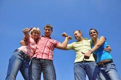 τέσσερις φίλοι ομαδοπο&i Στοκ φωτογραφία με δικαίωμα ελεύθερης χρήσης