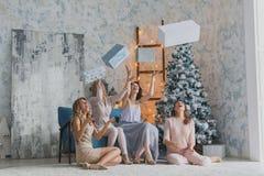 Τέσσερις χαρούμενοι όμορφοι φίλοι που γιορτάζουν το νέο έτος ή η γιορτή γενεθλίων, έχουν τη διασκέδαση, οινόπνευμα ποτών, χορός Σ Στοκ εικόνα με δικαίωμα ελεύθερης χρήσης