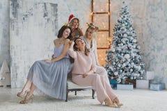 Τέσσερις χαρούμενοι όμορφοι φίλοι που γιορτάζουν το νέο έτος ή η γιορτή γενεθλίων, έχουν τη διασκέδαση, οινόπνευμα ποτών, χορός Σ Στοκ φωτογραφία με δικαίωμα ελεύθερης χρήσης