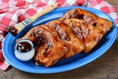 Τέταρτα ποδιών κοτόπουλου σε μια μπλε πιατέλα Στοκ εικόνα με δικαίωμα ελεύθερης χρήσης