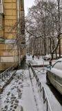 Τέταρτο πόλεων με τα μονοπάτια και τα αυτοκίνητα κάτω από το χιόνι Στοκ Φωτογραφία