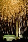 Τέταρτο του εορτασμού Ιουλίου με τα πυροτεχνήματα που εκρήγνυνται άνω του μνημείου του Λίνκολν, του μνημείου της Ουάσιγκτον και τ Στοκ φωτογραφίες με δικαίωμα ελεύθερης χρήσης