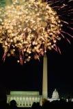 Τέταρτο του εορτασμού Ιουλίου με τα πυροτεχνήματα που εκρήγνυνται άνω του μνημείου του Λίνκολν, του μνημείου της Ουάσιγκτον και τ Στοκ Εικόνες