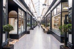 Τέταρτο Arcade του Castle με τα καταστήματα και τις καφετερίες στο Κάρντιφ cit στοκ εικόνα με δικαίωμα ελεύθερης χρήσης