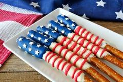 Τέταρτο pretzel αμερικανικών σημαιών Ιουλίου των ράβδων στο πιάτο Στοκ φωτογραφία με δικαίωμα ελεύθερης χρήσης