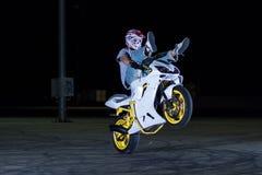 Τέχνασμα ακροβατικής επίδειξης στη μοτοσικλέτα στοκ φωτογραφία