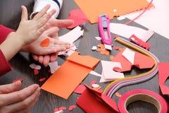 Τέχνες και προμήθειες τεχνών για το βαλεντίνο ` s Αγίου Έγγραφο χρώματος, διαφορετικές ταινίες washi, προμήθειες καρδιών για τη δ στοκ εικόνες με δικαίωμα ελεύθερης χρήσης